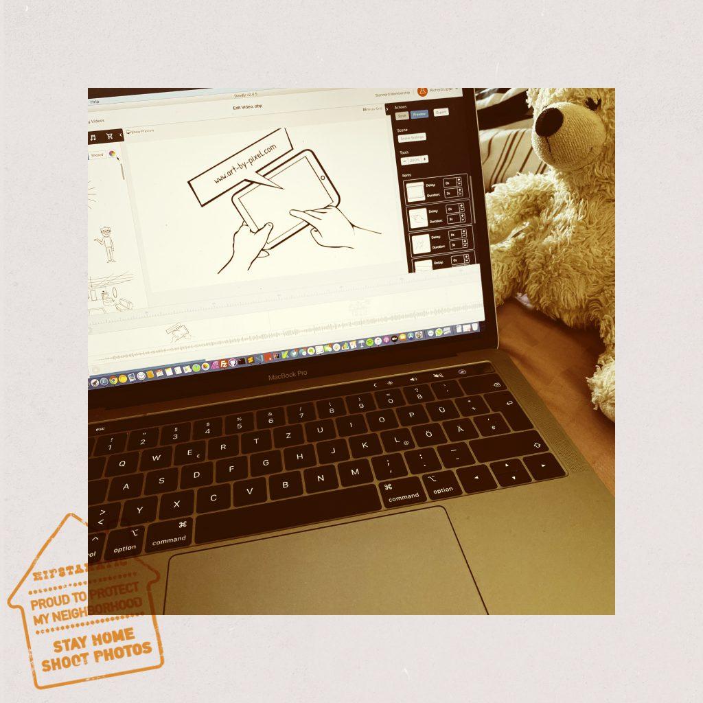 Laptop mit Teddy auf dem Bett